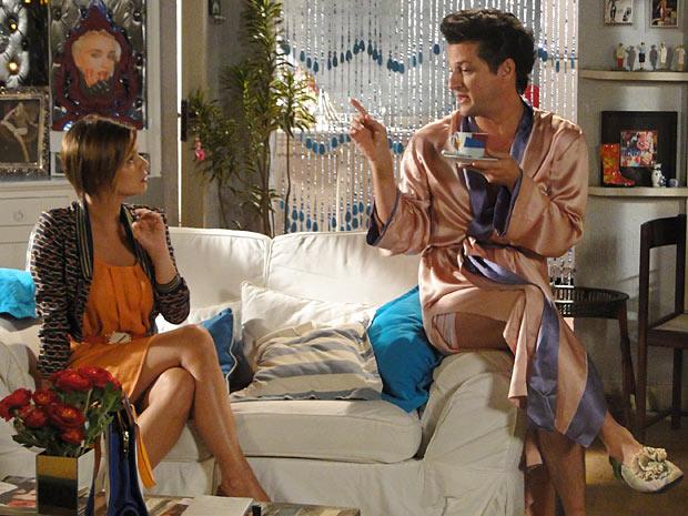 Crô faz revelações para a sobrinha (Foto: Fina Estampa/TV Globo)