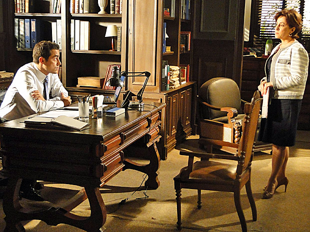 Vera conversa com Vicente no escritório (Foto: Aquele Beijo/TV Globo)