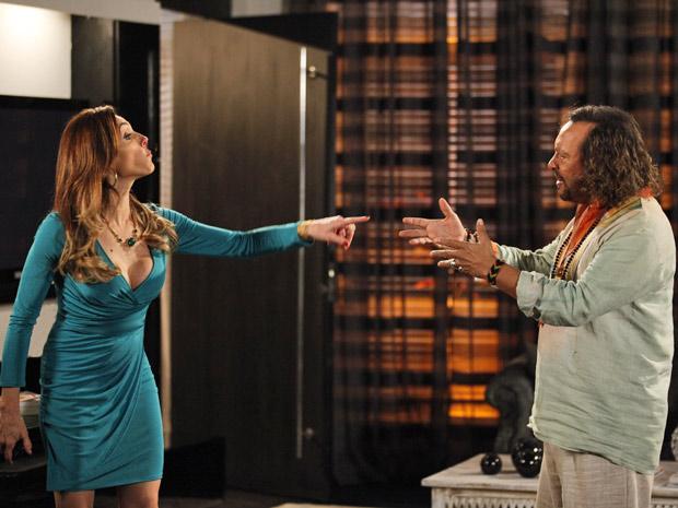 O dono do quiosque discute com a prima e diz que sabe tudo sobre o segredo (Foto: Fina Estampa/TV Globo)