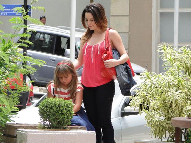 Ana consola Júlia, triste ao ver o sofrimento da filha (Foto: A Vida da Gente - TV Globo)