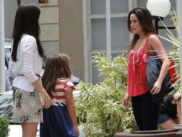 Ana tenta puxar assunto com Manu, mas ela é monossilábica (Foto: A Vida da Gente - TV Globo)