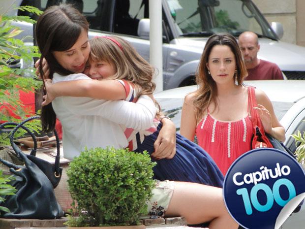Ana se abate ao ver a cumplicidade entre Júlia e Manu (Foto: A Vida da Gente - TV Globo)