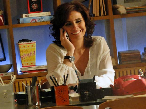 Claudia ao telefone com Vicente (Foto: Aquele Beijo/TV Globo)