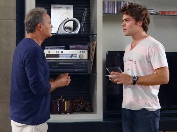 Antes de Helena chegar, Nelson mostra DVD para Betão (Foto: Malhação / TV Globo)