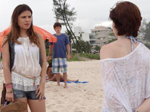 Gabriel fica estárico ao ver Cristal e Alexia conversando (Foto: Malhação / TV Globo)