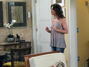 No início, Laura fica em dúvida se mexe no celular de Débora (Foto: Malhação / TV Globo)