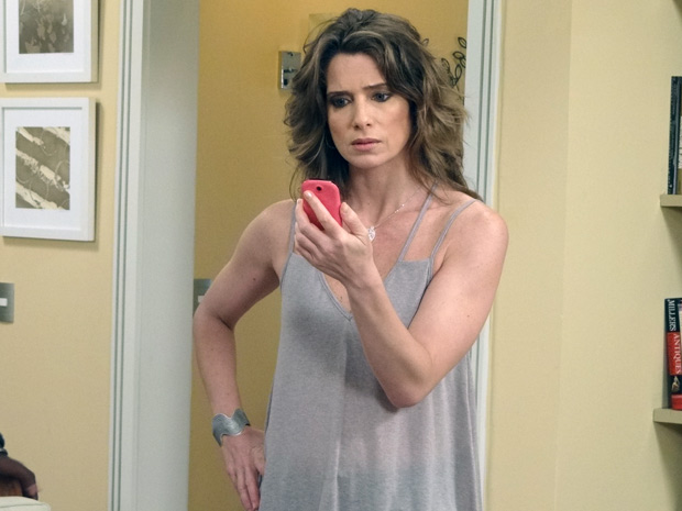 Laura fica furiosa ao ver fotos de Guido beijando outra mulher no celular de Débora (Foto: Malhação / TV Globo)