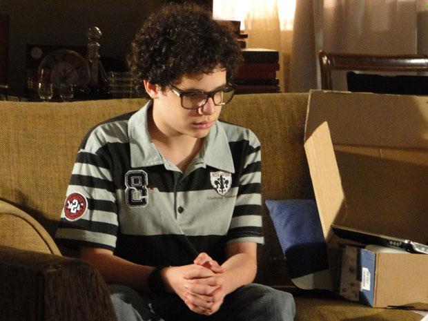 Abatido, Francisco não consegue superar a morte do pai (Foto: A Vida da Gente - TV Globo)