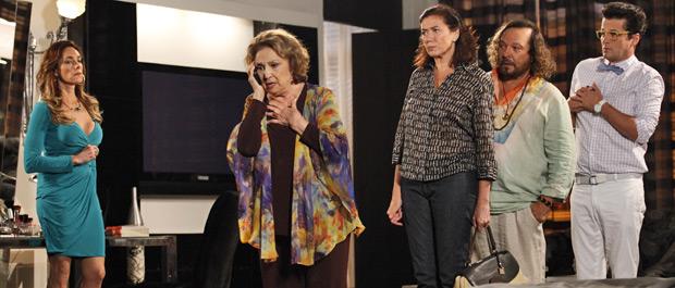 Íris recebe ligação de Alice, contando que já foi liberada pelos sequestradores (Foto: Fina Estampa/TV Globo)
