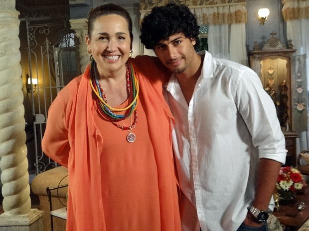 Claudia Jimenez e Jesus Luz gravam juntos (Foto: Aquele Beijo/TV Globo)