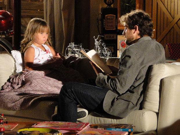 Júlia consola Rodrigo e promete tratar melhor a mãe (Foto: A Vida da Gente - TV Globo)