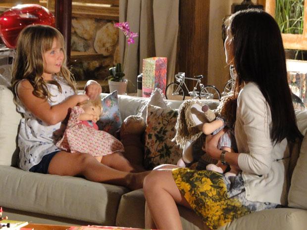 Júlia conta para Manu que Ana e Rodrigo terminaram o namoro (Foto: A Vida da Gente - TV Globo)