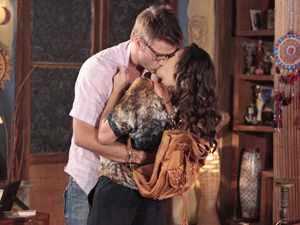 Patrícia e Alex entram no Recanto da Zambeze aos beijos (Foto: Fina Estampa/TV Globo)