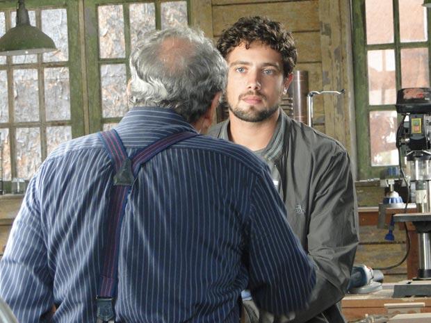 Puxão de orelha: Laudelino pede que Rodrigo dê mais atenção ao bufê (Foto: A Vida da Gente/TV Globo)