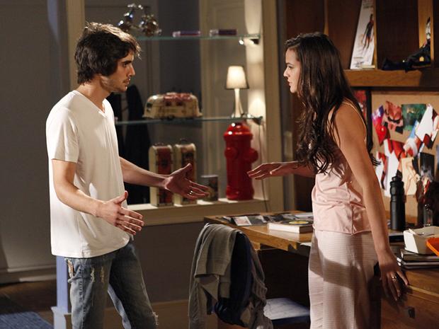 Belezinha fala que Agenor pode procurar sua felicidade em outro lugar (Foto: Aquele Beijo/TV Globo)