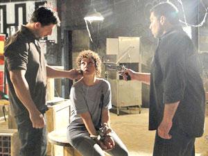 Alice é ameaçada por homens misteriosos no cativeiro (Foto: Fina Estampa/TV Globo)