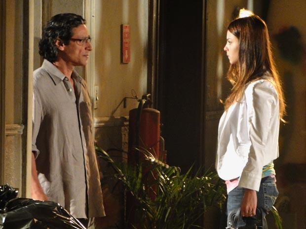 Renato fica surpreso com a visita da filha (Foto: A Vida da Gente/TV Globo)