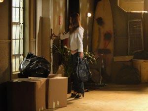 Alice se depara com o novo prédio que Renato está morando (Foto: A Vida da Gente/TV Globo)