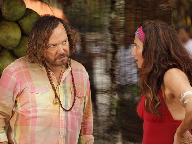 Álvaro conta o segredo de Tereza Cristina para Zambeze (Foto: Fina Estampa/TV Globo)