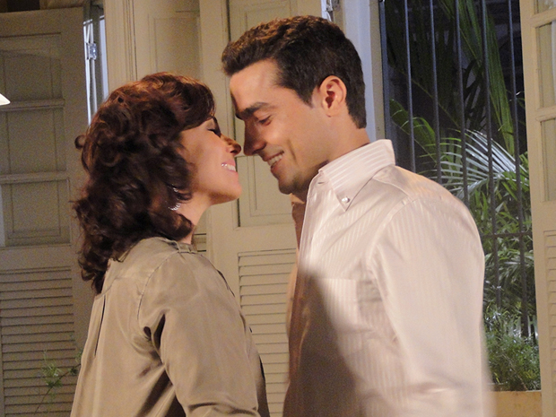 Claudia e Vicente se encontram e se declaram apaixonados um pleno outro (Foto: Aquele Beijo/TV Globo)