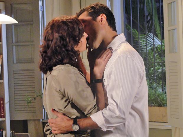 Claudia e Vicente matam as saudades (Foto: Aquele Beijo/TV Globo)