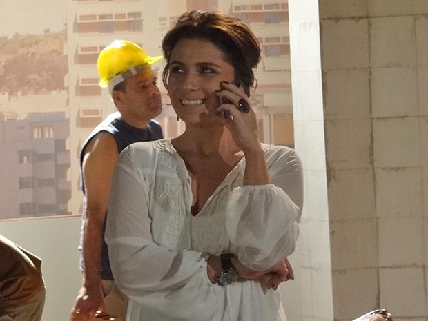 Claudia teme que Rubinho aparece novamente para estragar encontro com Vicente (Foto: Aquele Beijo/TV Globo)