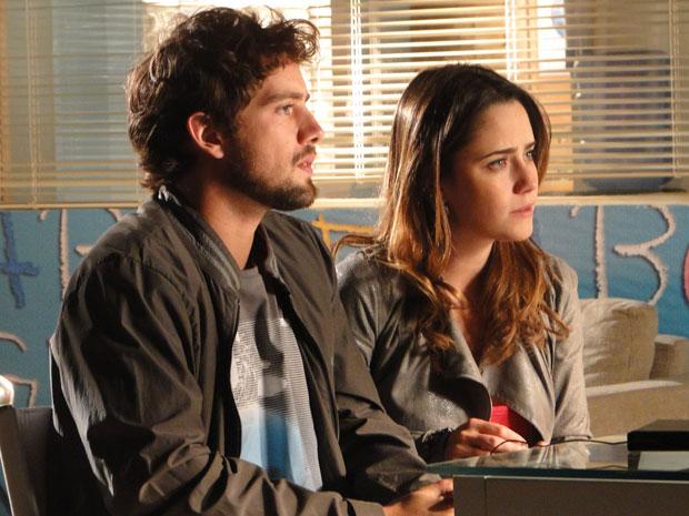 Preocupados com o estado da filha, eles resolvem procurar ajuda (Foto: A Vida da Gente/TV Globo)