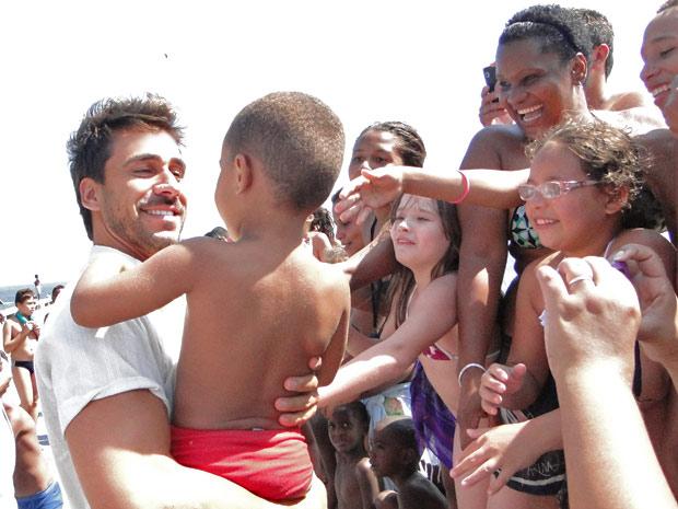 Julio Rocha também aproveitou intervalo para dar atenção aos espectadores (Foto: Fina Estampa/ TV Globo)