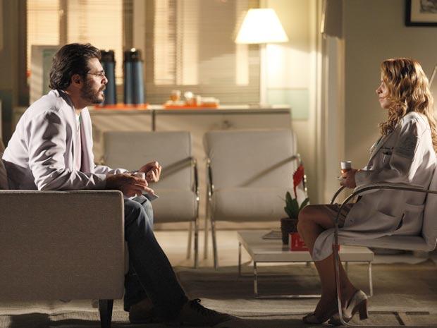 Lúcio fica mexido ao saber que Ana se separou de Rodrigo (Foto: A Vida da Gente / TV Globo)