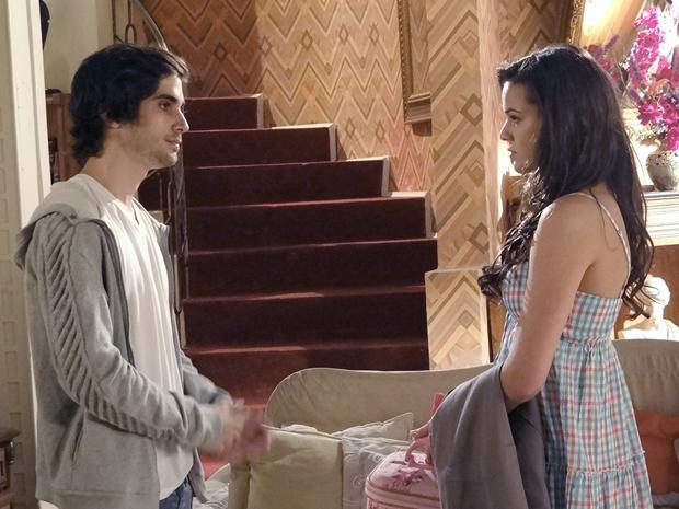 Belezinha avisa que não se importa aonde Agenor passou a noite (Foto: Aquele Beijo/TV Globo)