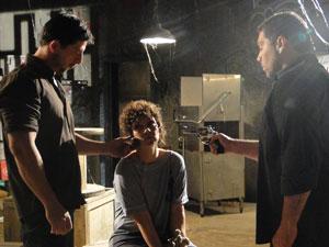 Alice liga para Íris a mando dos sequestradores (Foto: Fina Estampa/TV Globo)