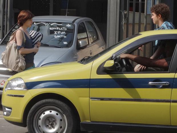 Alexia fica tensa ao ver Gabriel se aproximando. Como será que ela vai sair dessa? (Foto: Malhação / TV Globo)