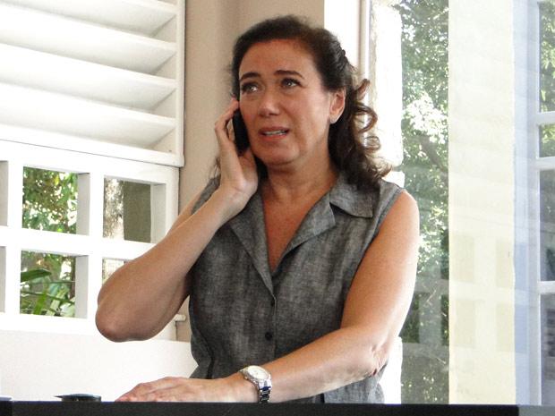 Griselda chora ao contar para Celeste que René devolveu o dinheiro do restaurante (Foto: Fina Estampa/TV Globo) (Foto: Fina Estampa/TV Globo)