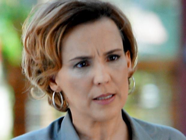 Eva se revolta ao saber que está sendo demitida (Foto: A Vida da Gente / TV Globo)