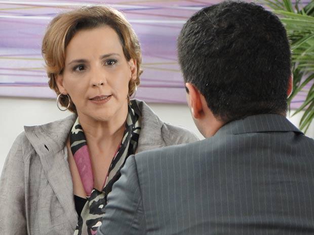 Eva se revolta diante da recusa do banco (Foto: A Vida da Gente / TV Globo)