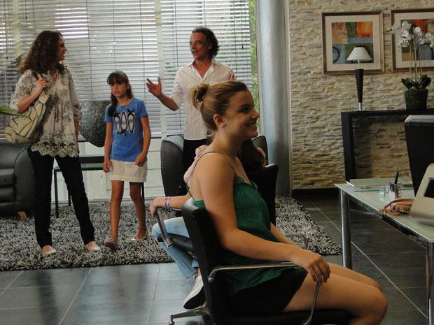 Marcos leva a família para conhecer a agência (Foto: A Vida da Gente - TV Globo)