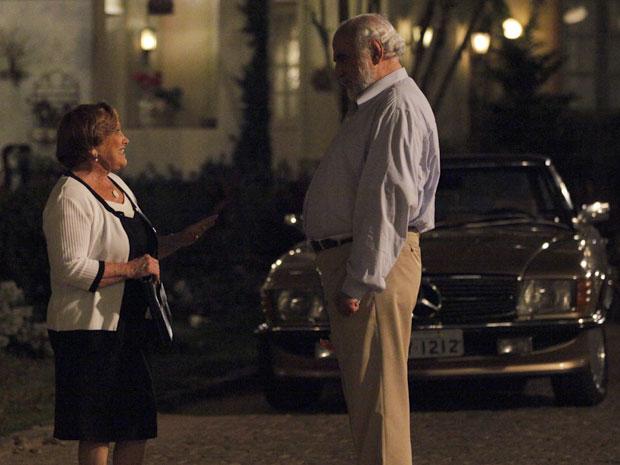 Iná conversa com Álvaro e é observada de longe por Laudelino (Foto: A Vida da Gente - TV Globo)