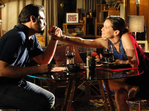 Lúcio entende o pedido de Laura e é carinhoso com a namorada (Foto: A Vida da Gente - TV Globo)