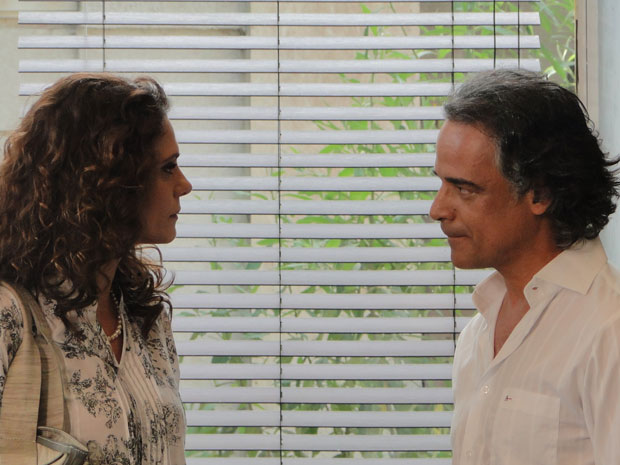 Marcos pede emprestado o dinheiro do aluguel (Foto: A Vida da Gente - TV Globo)