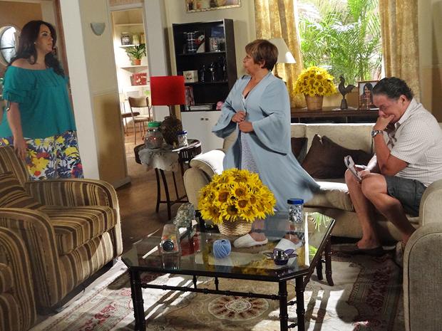 Marieta não gosta de ver Brites de camisola conversando com Olavo (Foto: Aquele Beijo/TV Globo)