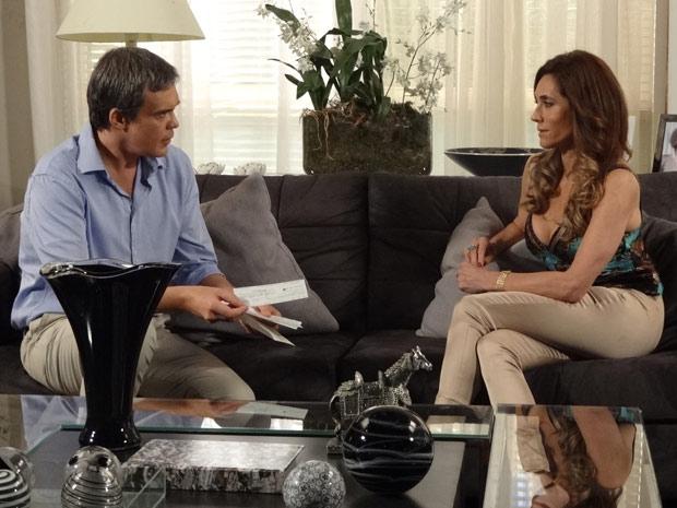 Tereza Cristina entrega dois cheques para René (Foto: Fina Estampa/TV Globo)