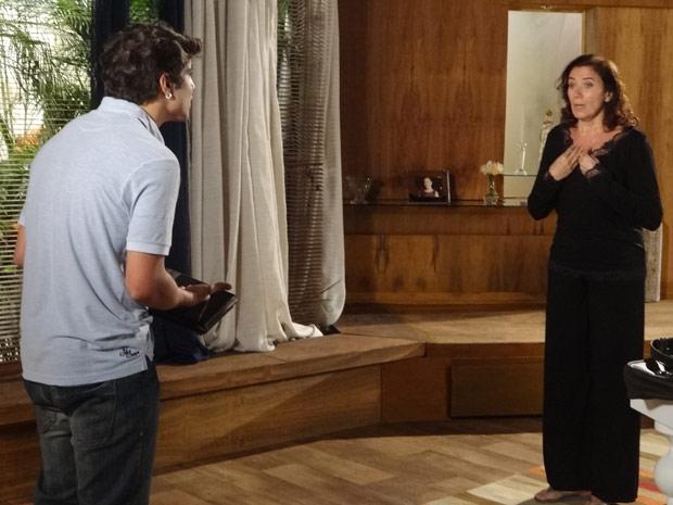 Antenor fica indignado com a opinião de Griselda (Foto: Fina Estampa/TV Globo)