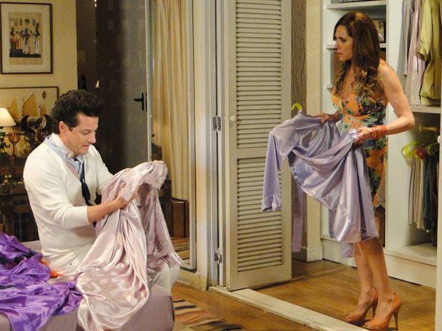 Ela fica possessa ao ver suas camisolas no armário do mordomo (Foto: Fina Estampa/TV Globo)