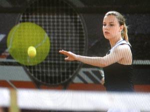 Sofia começa a ser treinada por Ana (Foto: A Vida da Gente/TV Globo)