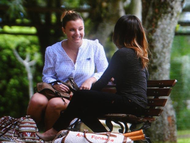 Feliz da vida, Sofia é a mais nova aluna de Ana (Foto: A Vida da Gente/TV Globo)