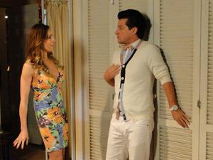 Crô tenta impedí-la de abrir o armário (Foto: Fina Estampa/TV Globo)