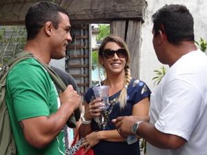 Vitor e Joana comprimentam a equipe ao chegar ao set de gravação (Foto: Fina Estampa/TV Globo)