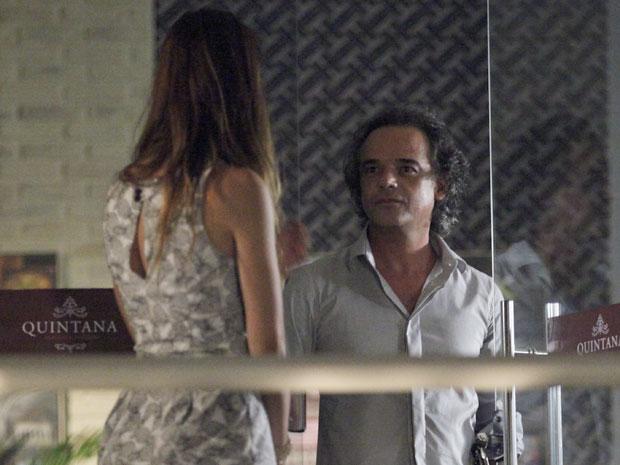 Alice pergunta a Marcos se as irmãs sabem da sua existência (Foto: A Vida da Gente - TV Globo)