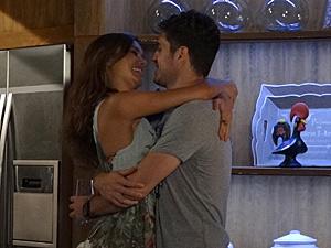 Amália e Rafael estão felizes da vida com o casamento (Foto: Fina Estampa/TV Globo)
