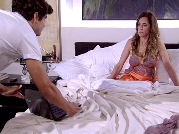Antenor mostra o vídeo de Marcela à perua (Foto: Fina Estampa / TV Globo)